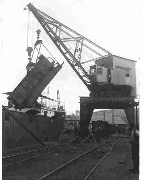 Grúas trabajando en el puerto de San Esteban